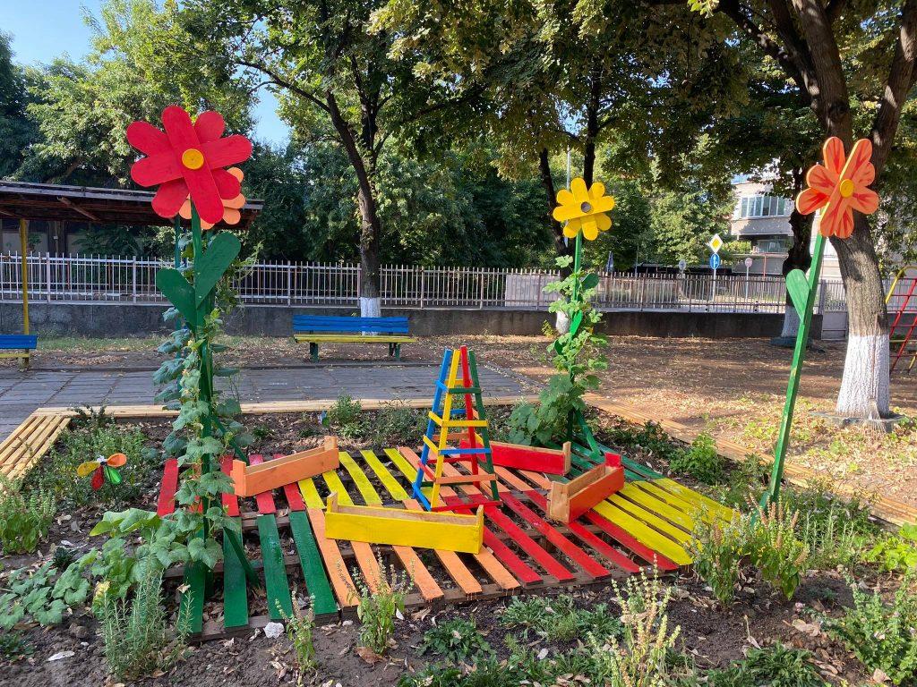 """Детска градина в """"Северен"""" замени пясъчник с китна билкова градина"""